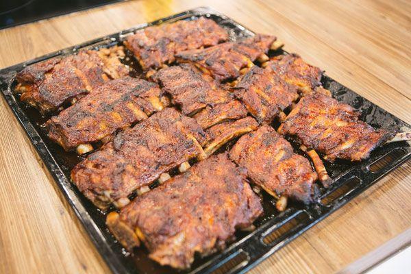 Пряные кисло-сладкие запеченные свиные ребра с салатом коул слоу («Про100 кухня» от 13 мая)