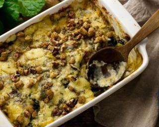 Gratin de pommes de terre léger aux noix, chèvre et herbes : http://www.fourchette-et-bikini.fr/recettes/recettes-minceur/gratin-de-pommes-de-terre-leger-aux-noix-chevre-et-herbes.html