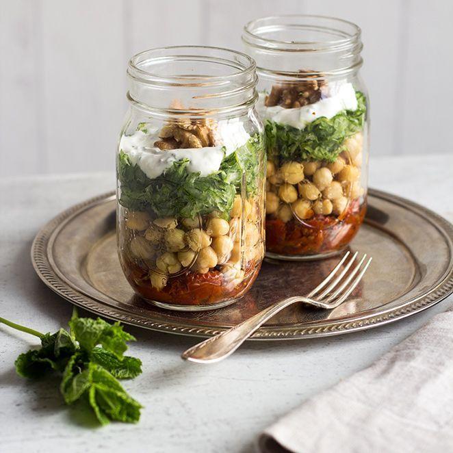 Bei diesem Salat im Glas treffen feine Gurkenraspeln auf Kichererbsen und getrocknete Tomaten. Dazu ein Klecks Joghurt mit frischer Minze und fertig ist der leichte Snack für die Mittagspause.