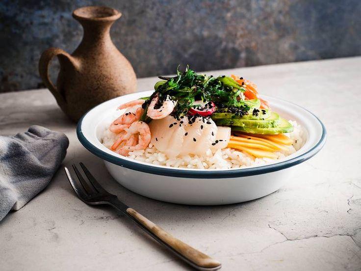 POKÉBOWL  Visp sammen soyasaus, sesamolje, sesamfrø, chiliflak og bland inn salatløk.     Vend alt inn i den rå fisken.     Fordel risen i skåler og topp med fiske- og soyablandingen og valgfritt tilbehør.