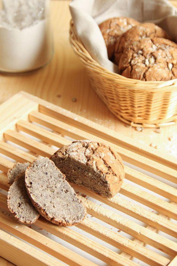 Petits pains bio rustiques sans gluten sans lait 35 cl d'eau tiède 1 sachet de levure de boulanger déshydratée 1 c. à café de sucre roux 250 g de farine de sarrasin 100 g de farine de riz 200 g de fécule de maïs 1 c. à café de sel 4 c. à soupe de graines de chanvre 4 c. à soupe de graines de tournesol 1 c. à café de graines de pavot 4 c. à soupe d'huile d'olive