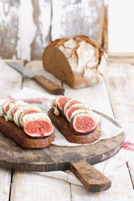 selbst gebackenes Brot mit Feigen, Ziegenkäse und Honig
