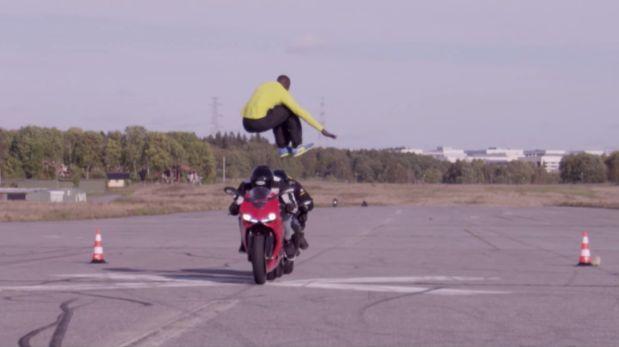 VÍDEO: Sueco salta sobre motos a 110 km/h +http://brml.co/1yIt29F