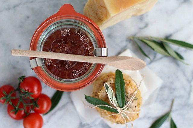 Parmesan Cracker mit Tomatenchutney