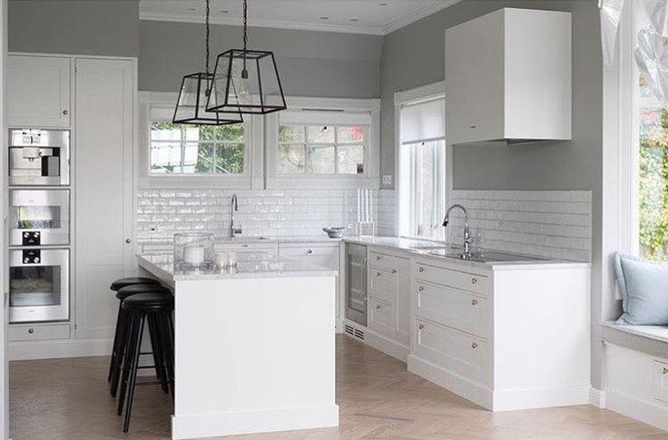 Box  Kvänum Kök - Fjäråskupan - Davey Lighting - Quad Pendant - Dalby - Kök - Kitchen - Box - Vit - Subway tile - kakel - tile - köksö - marmor - marble - Carrara