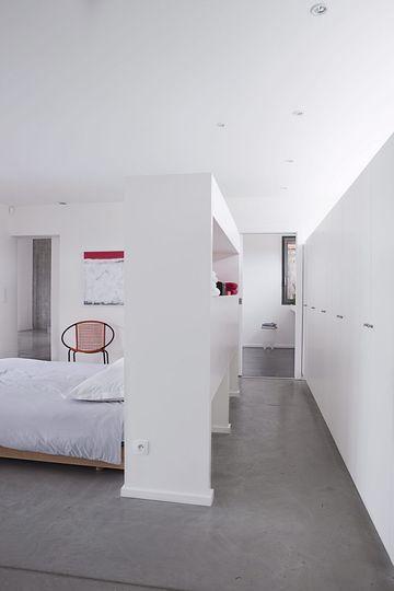 Un grand meuble de rangement pour tête de lit