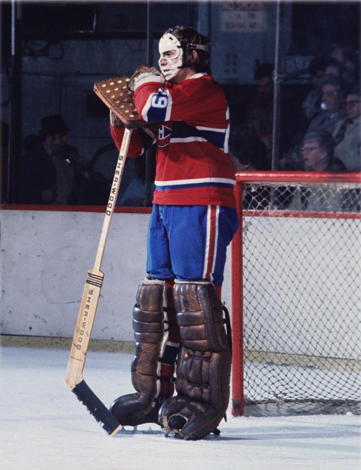 Tous se rappelleront sa légendaire posture devant le filet des Canadiens, le menton posé sur ses bras croisés au sommet de son bâton, pendant que le jeu se déroulait à l'autre bout de la patinoire. Le 20 mars 1971, lors d'un affrontement entre les Canadiens de Montréal et les Sabres de Buffalo, les gardiens respectifs des deux équipes étaient Ken Dryden et Dave Dryden. Il s'agit de la seule fois de l'histoire de la LNH où deux frères étaient opposés dans un même match à titre de gardiens de…