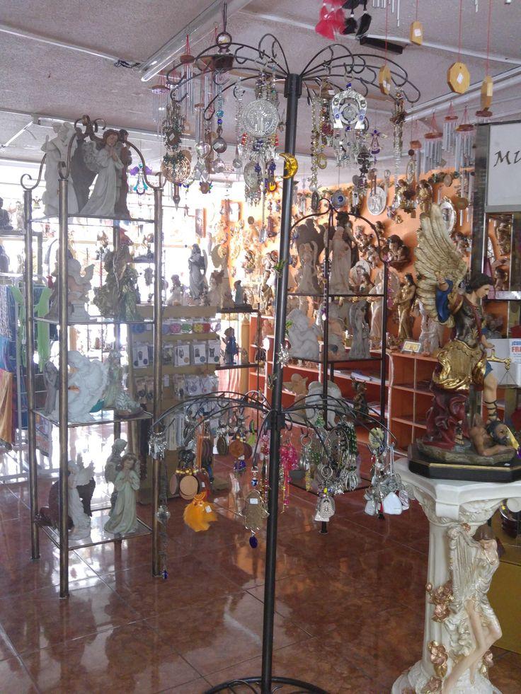 Todos los Ángeles, arcángeles, fuentes, wind chimes, móviles, espanta espíritus, atrapasueños, veladoras y rocíos mágicos... Mira el catálogo.