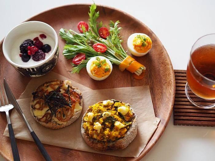 水菜を長めにカットしてプチトマトを添えるだけでこんなに素敵なミニブーケサラダになります。イングリッシュマフィンの具沢山のオープンサンドとヨーグルトで栄養バランスもばっちりですね。