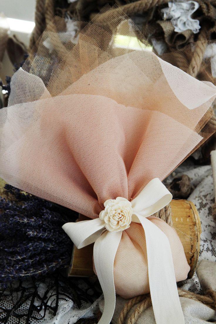 Μπομπονιέρα Atelier Zolotas ροζ, τούλινη, δέσιμο με κορδέλα και στολισμένο με λουλούδι.