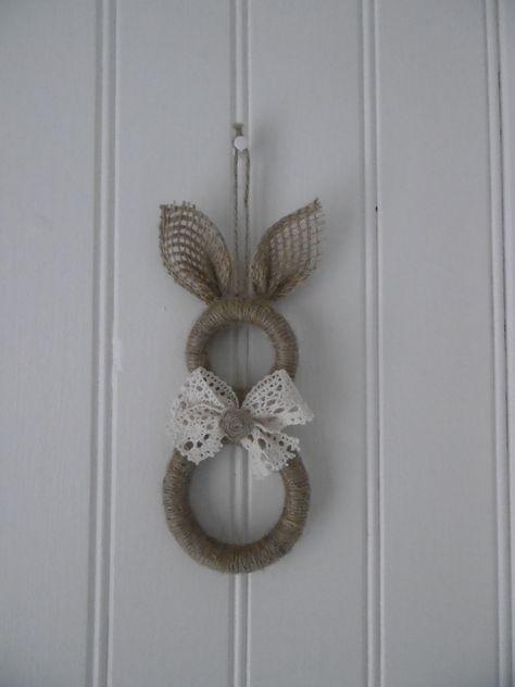 Un lapin avec des anneaux de rideaux en bois Plus