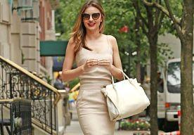 17-Jul-2014 10:30 - MIRANDA KERR GAAT COMPLEET NUDE IN NEW YORK. Ziet Miranda Kerr er ook nog wel eens níet goed uit? Wij betwijfelen het, want deze knappe brunette is nooit op een fashion fail te betrappen. Met haar mooie slanke lichaam en lange benen staat alles haar even prachtig! Haar stijl is simpel en comfortabel: luchtige blouses, leren skinny's, sjaals en hoeden zijn de musthaves uit Kerr's kledingkast.