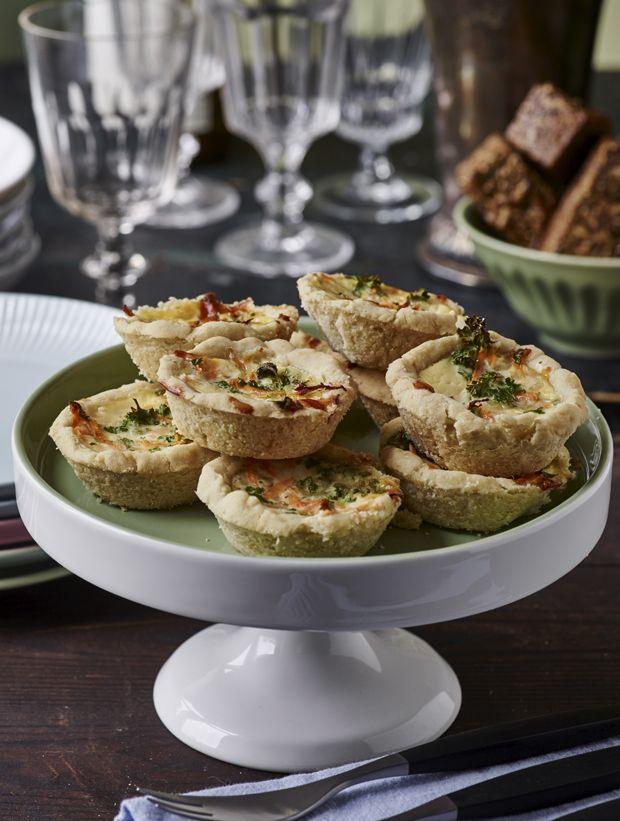 De lækreste små minitærter med revet parmesan, krydderurter og gulerødder. Perfekte som en del af frokostbordet eller madpakken.