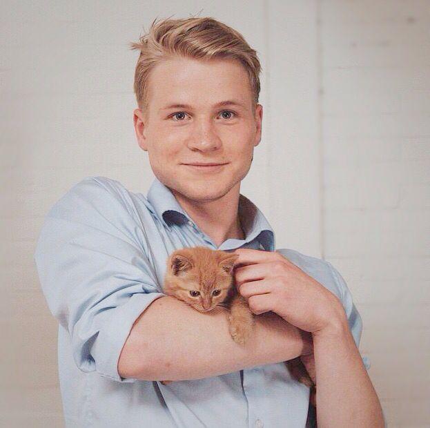 Kelvin Boerma with a kitten - Cinemates