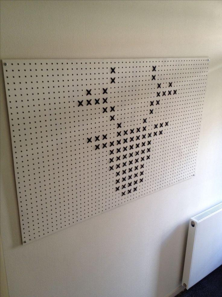 Kunstwerk 'rendier' gemaakt van hardboard met gaatjes en Zpagetti draad.