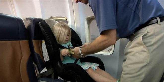 Op lange vluchten kan het heel fijn zijn om voor je kind zijn eigen autostoel mee te nemen in het vliegtuig. Tips en info hoe dit werkt lees je op onze site.