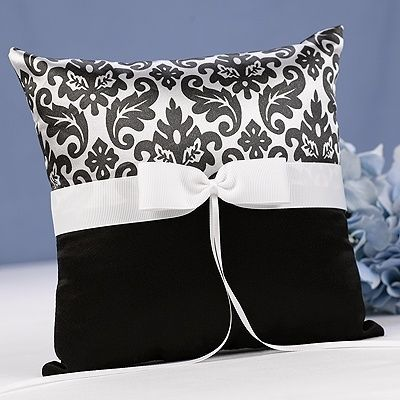 Almofada de cetim preto e branco.