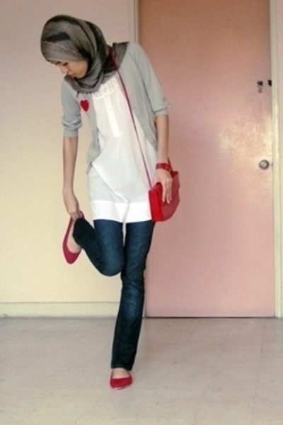 hijab ❤ hijab style NEEDS longer sleeves and  looser jeans and its set