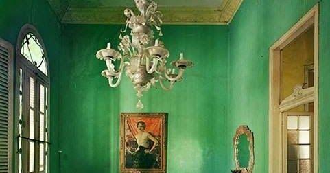 Menta, bottiglia, smeraldo, petrolio, lime, acqua, trifoglio… di che verde sei? Verde è il colore dei soldi. Si è verdi d'i...