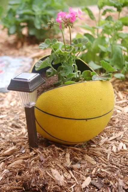 garden ballGardens Ideas, Crafts Ideas, Basketbal Planters, Fun Decor, Flower Gardens, Gardens Projects, Recycle Sports, Basketball Planters, Sports Ball