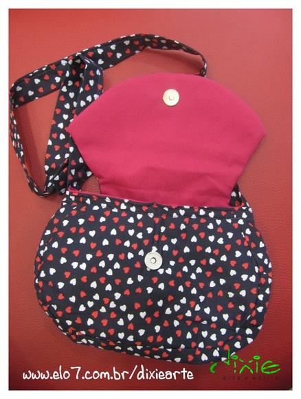 Bolsa Corações Confeccionada em tecido Com botão com imã R$49,00