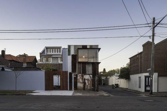 Habitation fabriquée avec des matériaux usagés dans la banlieue chic de Sydney. | MARK SYKE #réemploi