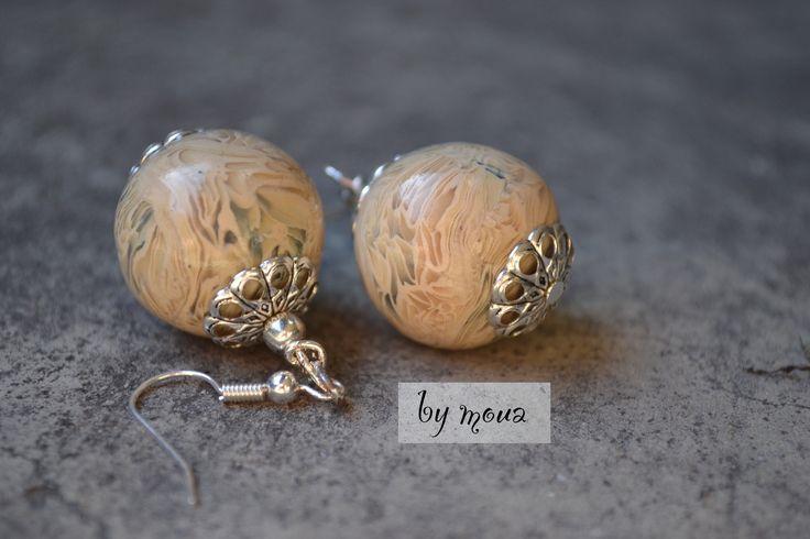 Boucles d'oreille perle polymère beige marbrée : Boucles d'oreille par by-moua