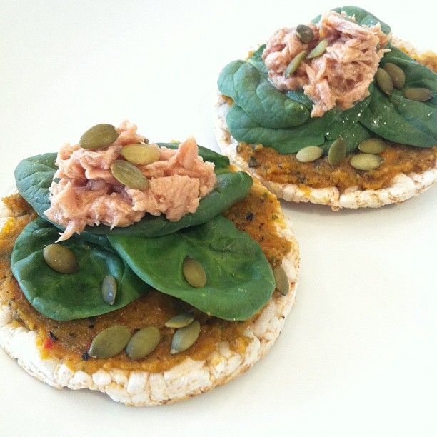 slimbliss - Quick and easy lunch of organic rice crackers, pumpkin dip, spinach leaves, tuna and pumpkin seeds
