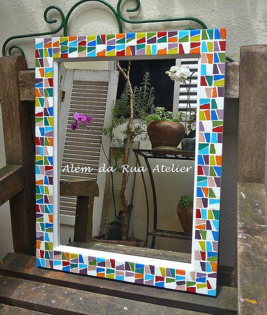 Espelho com moldura de mosaico by ALÉM DA RUA ATELIER/Veronica Kraemer, via Flickr