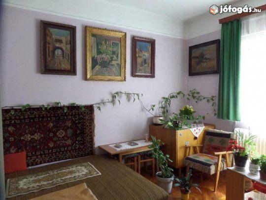 Debrecen-Józsai 100m2-es családi ház eladó: Debrecen-Józsai 100m2-es,2+1 szobás, jó állapotú, szigetelt,gáz és vegyes tüzelésű,családi ház melléképülettel, garázzsal, 2000m2-es rendezett telken eladó.