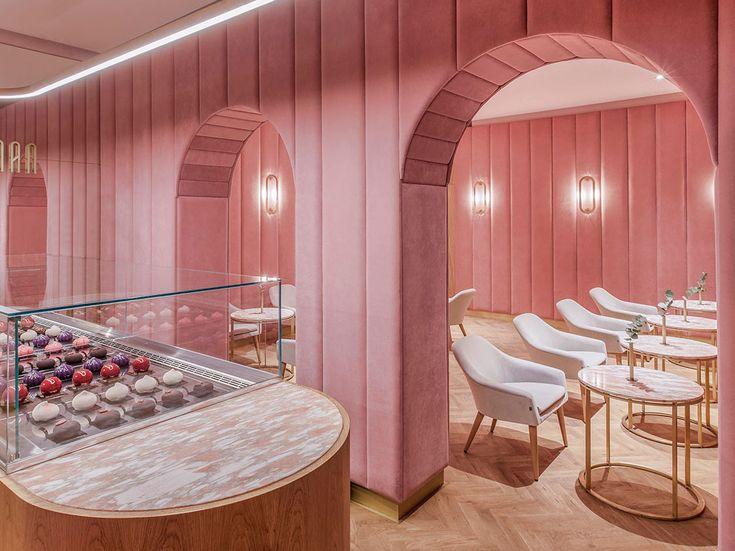 Minimalistisch interieur met zacht fluweel en roze muren met boogdeuren…