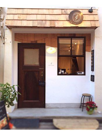 まるでヨーロッパの小さなコーヒー屋さんのよう。路地の一角にちょこんと佇むかわいらしいお店です。