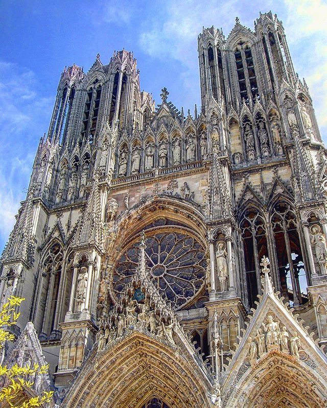 A glorious example of gothic architecture, Reims Cathedral 😍. . . . . #france #france🇫🇷 #法國 #フランス #francia #프랑스 #prancis #فرانسه #frança #франция #ฝรั่งเศส #fransa #reims #champagne #travel #旅行 #行きたい #綺麗 #写真 #picoftheday #photooftheday #cathedrale #シャンパン