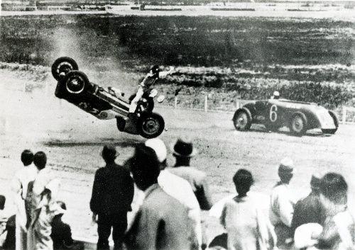 他車と接触し、空中に舞い上がる本田宗一郎のマシン。この事故で片目の視力が低下したという=1936年、東京・多摩川スピードウェイ、いずれも「昭和の日本 自動車見聞録」から 朝日新聞デジタル:写真・図版 - 社会 Soichiro Honda crashed at Tamagawa Speed Way in 1936.