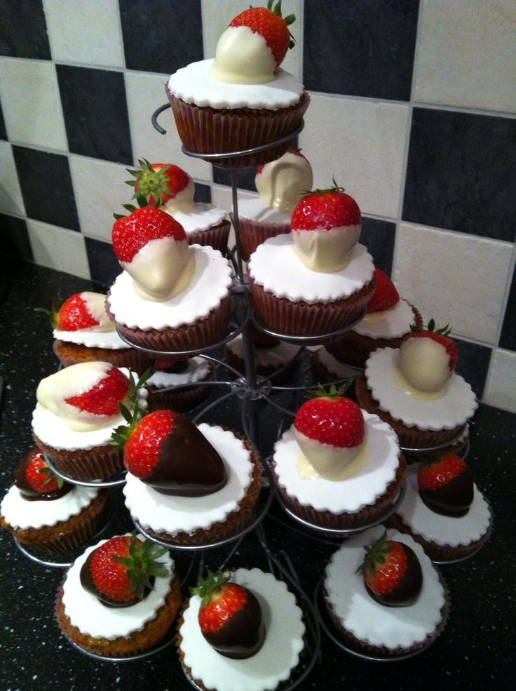 Aardbeien met witte en pure chocolade op een cupcakes gevuld met banketbakkersroom!