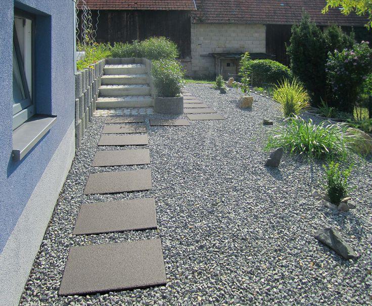 Gartenwege gestalten mit der RUSTICA Terrassenplatte 60x40 cm Schwarz-Granit.
