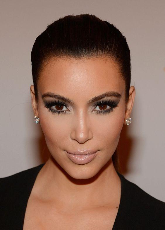 Qu'on l'aime ou pas, il faut avouer que Kim Kardashian a une forme de visage plutôt parfaite. Son secret ? Le contouring. Découvrez...