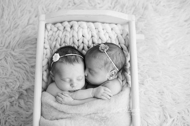 ensaio gemeos: Um ensaio newborn é sempre especial. Mas um ensaio de gêmeos é emoção em dobro!! A Ayla e a Suri, estas lindas recém-nascidas vieram ao estúdio com 19 dias para seu ensaio newborn. Delicinhas da vida! Mamãe e papai também participaram das fotos com tanta alegria e amor!