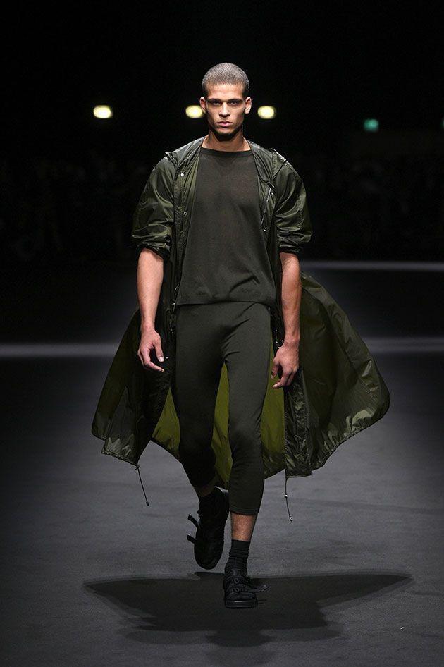 Nada de muitas estampas ou cores vibrantes, a coleção masculina de primavera-verão 2017 da Versace está diferente.