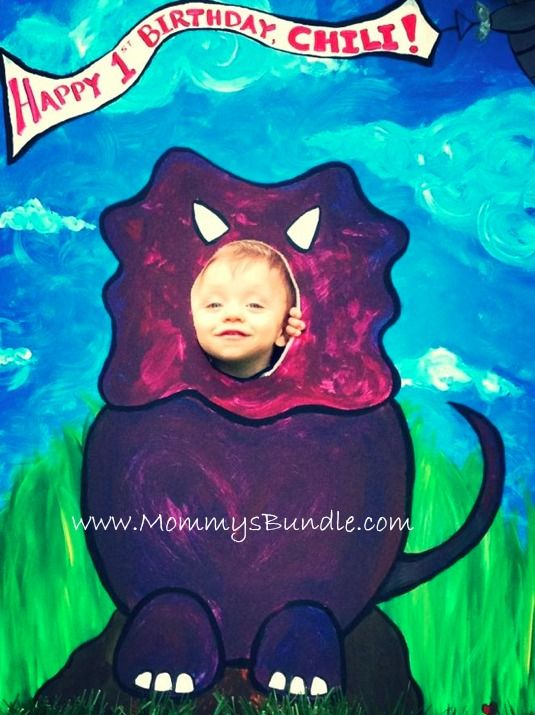 An adorable dinosaur photo booth for a 1st birthday party! http://mommysbundle.com/dinosaur-themed-1st-birthday-party/