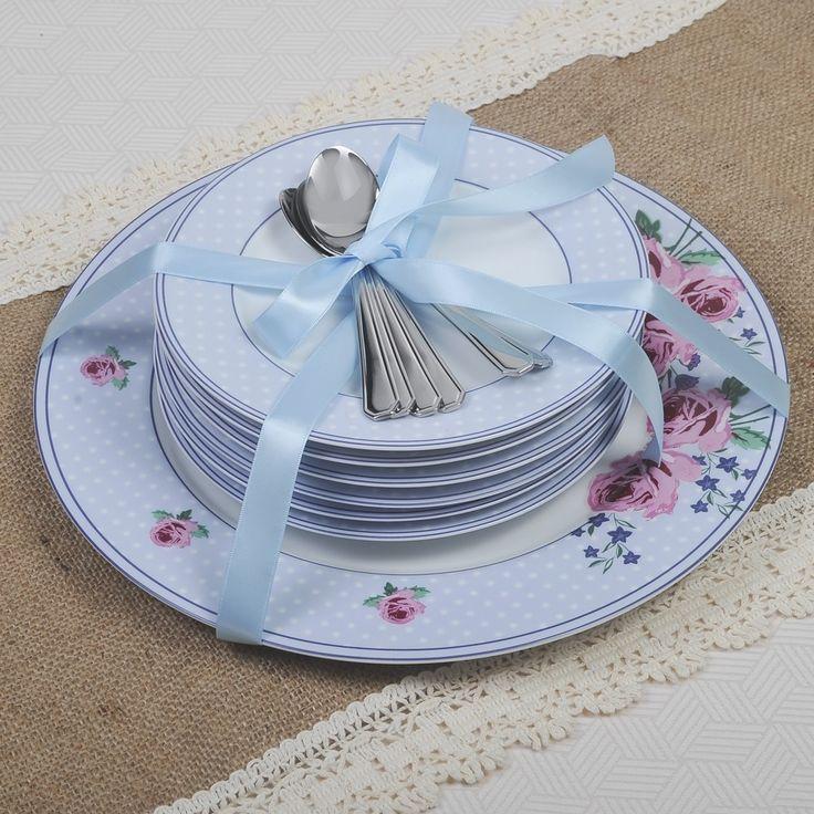 Σετ πάστας 13 τεμαχίων, αποτελείται από 6 πιάτα γλυκού και ένα πιάτο σερβιρίσματος από φίνα πορσελάνη Βοημίας με διακριτικά σχέδια σε ροζ - γαλάζιο χρώμα και 6 κουταλάκια του γλυκού solingen inox 18/10 σε συσκευασία δώρου.
