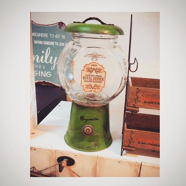 流行りのキャンディポット。。作った。。植木鉢と瓶にエイジング加工したら、旦那に「瓶にしたら汚い」と言われ。。瓶洗いましたわ( 。-_-。)植木鉢は実家近くに出来た激カワのガーデニング雑貨屋でげっちゅ♡早速こはるんにLEGOいれられた(笑) #植木鉢#キャンディポット#candypot #セリア#エイジング加工 #ダイソー