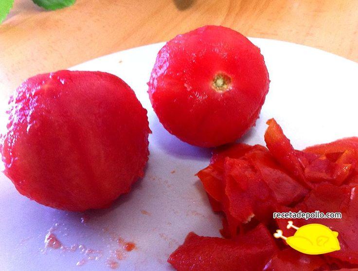 10.1. Un consejo muy práctico para pelar los tomates: pon en un cazo agua a hervir, cuando rompa el hervor hecha con cuidado el tomate, déjalo durante 20-30 segundos, sácalo con mucho cuidado, y pélalo, la piel saldrá sola.