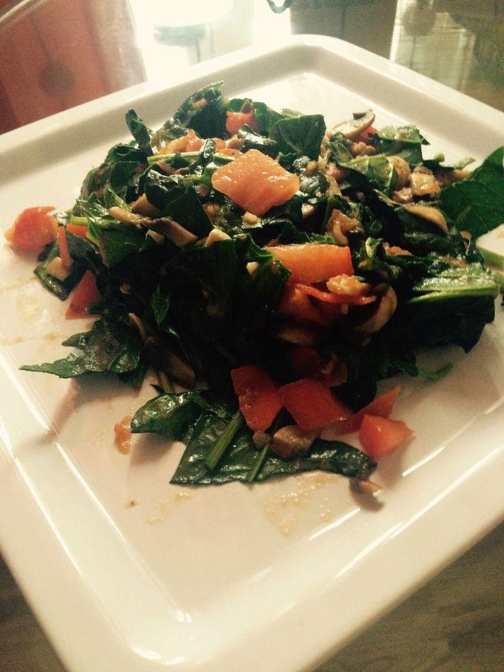 Теплый салат из помидор, шампиньонов и шпината