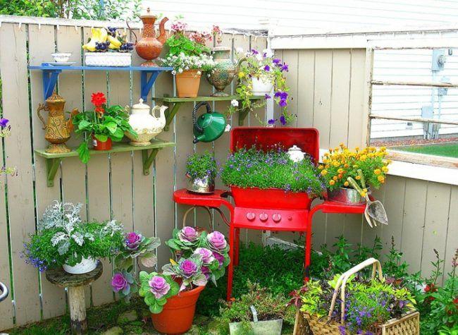 Gartengestaltung Terrasse Sichtschutz Holz Grill Blumentopf Rot