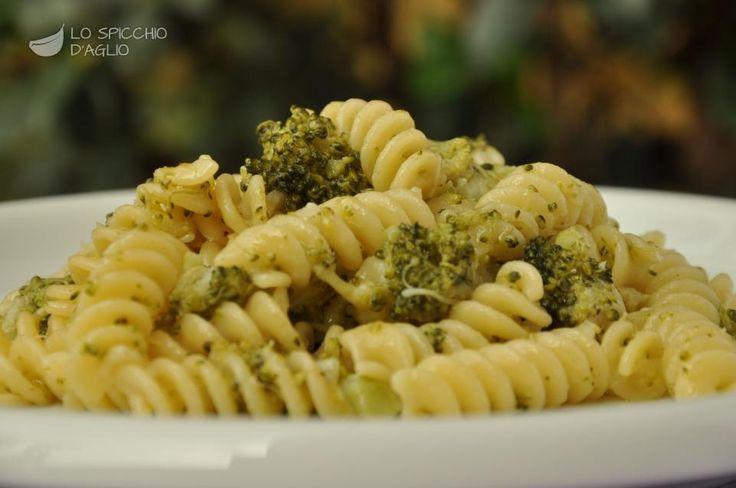La pasta ai broccoli è un ottimo primo piatto in cui viene messo in risalto il sapore pungente e particolare dei broccoli, un ortaggio caratteristico del periodo autunno-inverno.