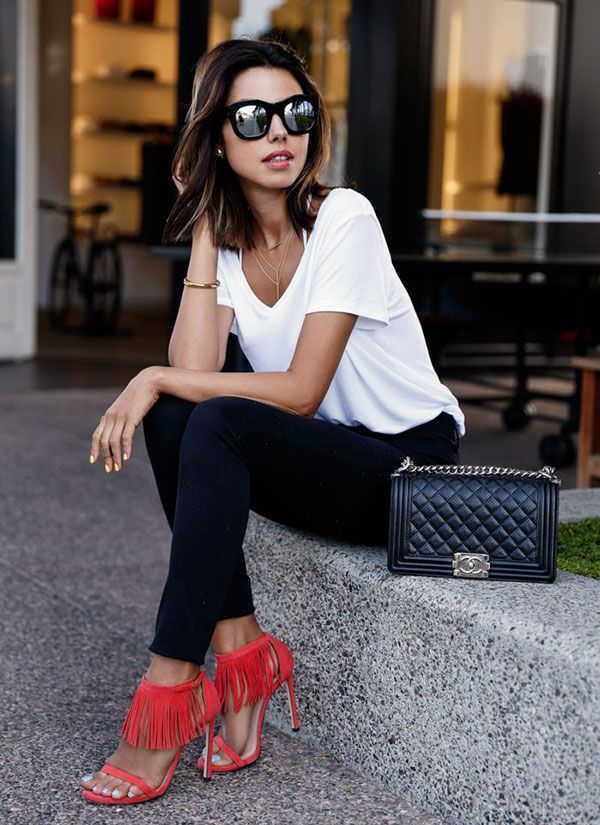 street style look black and white sandalia vermelha franja preto e branco
