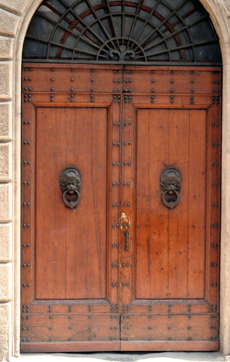 Bruine deuren in Toscane Italie