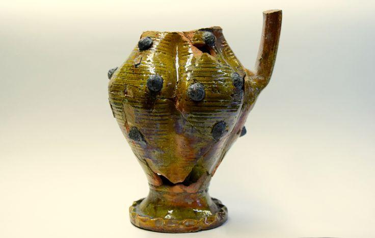 Dzban należący do ekskluzywnej ceramiki stołowej z XV wieku. Czy dostrzegacie te niezwykłe zdobienia przypominające maliny? Dzban mógł należeć do któregoś z kanoników gnieźnieńskich, gdyż został znaleziony w nieistniejącym obecnie jeziorze Świętym u podnóża Góry Lecha, na której w średniowieczu stały budynki zamieszkiwane przez księży.