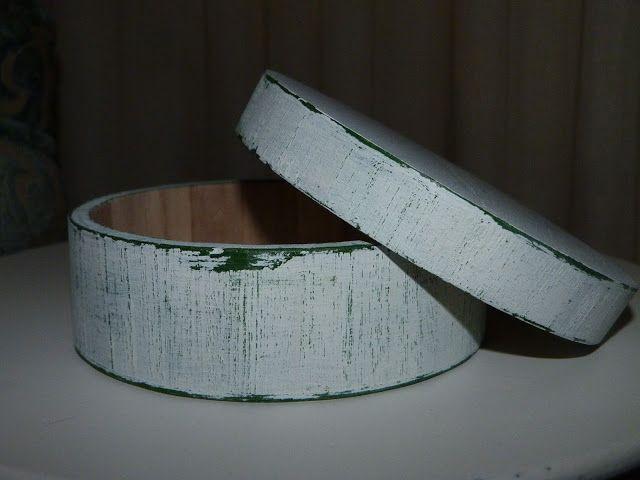 Caja de madera pintada y decapada.
